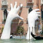 Lorenzo Quinn - mani giganti Venezia