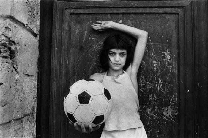 Letizia Battaglia | La bambina con il pallone