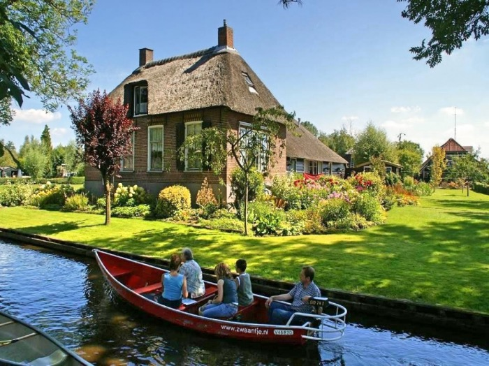 The village of Giethoorn