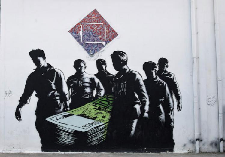 """Il graffito """"Morte degli euro"""", disegnato dall'artista francese Goin sull'edificio dell'Istituto di Belle arti di Atene, 17 giugno 2015. (AP Photo/Petros Giannakouris)"""