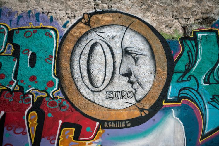 Una moneta dal valore di zero euri dipinta su un muro ad Atene, 30 giugno 2015. (Socrates Baltagiannis/picture-alliance/dpa/AP Images)