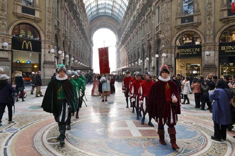 Il corteo di 60 figuranti in abiti trecenteschi che ha preceduto l'inaugurazione della mostra.