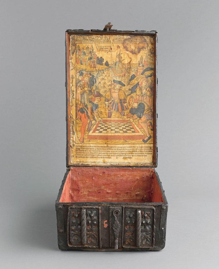 Cofanetto con stampa all'interno del coperchio  Francia, 1510 circa  Legno, ferro forgiato, stoffa e cuoio  Parigi, Musée de Cluny