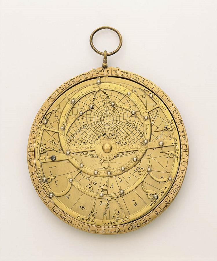 Manifattura araba. Astrolabio piano (o planisferico) - XIII secolo. Ottone dorato (Firenze, Museo Galileo)
