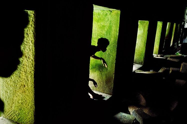 Giochi di ombre, Preah Khan, Angkor, Cambodia, 1999 (Shadow play, Preah Khan, Angkor, Cambodia, 1999) ©Steve McCurry