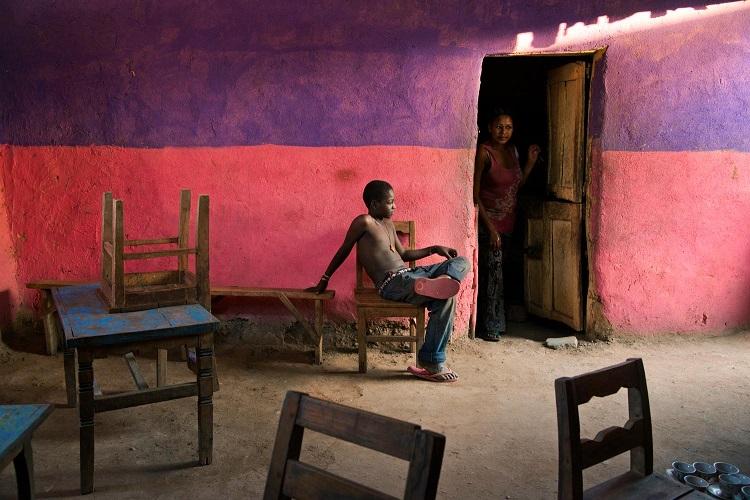 Un ragazzo seduto su una sedia, Omo Valley, Ethiopia,2013 (A boy sits on a chair, Omo Valley, Ethiopia, 2013) ©Steve McCurry