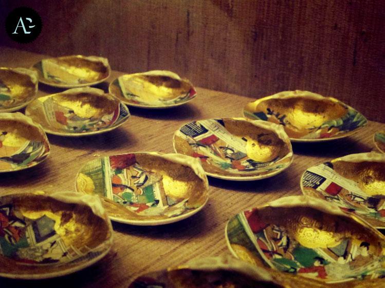 kai awase - conchiglie dorate e dipinte con scene tratte dai testi della letteratura giapponese. Antica versione del gioco del nostro Memory.