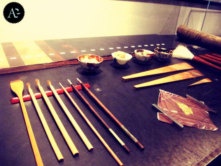 kit completo in uso ad un artigiano per il procedimento di laccatura degli oggetti.